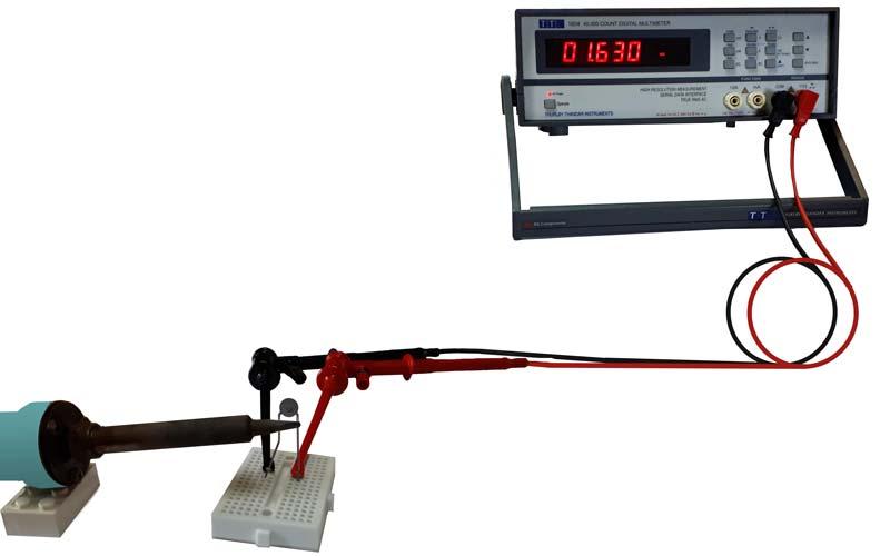 Vérification et mesure de la thermistance avec un ohmmètre en réchauffant le composant avec un fer à souder